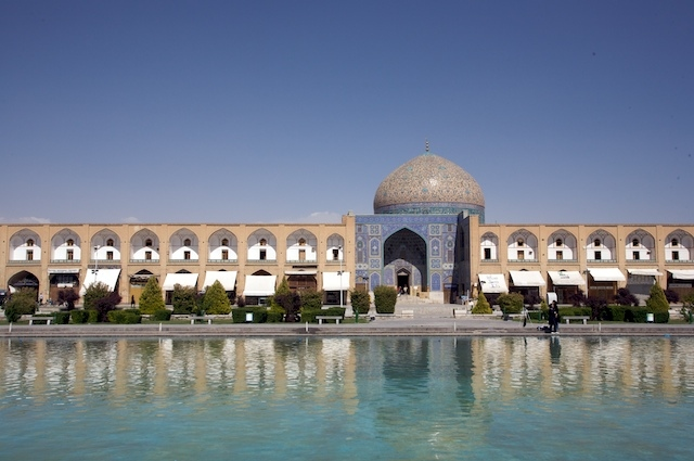 https://upload.wikimedia.org/wikipedia/commons/2/23/Sheikh_Lotfollah_Mosque%2C_Esfahan.jpg