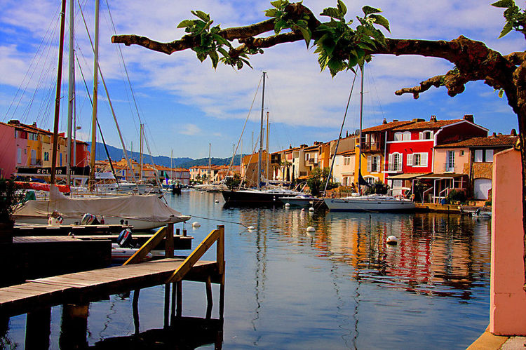 Houses and boats in Port Grimaud (image)