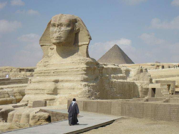 The Sphinx and the Pyramid of Menkaure (image)